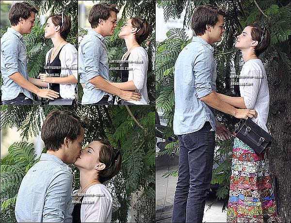 """. Emma Watson est en couple avec l'acteur Johnny Simmons ! . C'est officiel, Emma sort avec l'acteur Johnny Simmons, que l'on a pu voir dans Jennifer's Body, ou encore Palace pour Chien ! Elle a été repérer en train de l'embrasser dans les rues de Los Angeles ! Un témoin nous explique : """" Ils étaient l'un sur l'autre. Leurs baisers et leurs étreintes étaient très doux a voir. Elle le regardait d'un air 'abruti'. Un fille l'a reconnue et s'est approchée d'elle. Emma était poli, mais elle voulait juste être avec Johnny et est complétement sous son charme.  Un autre ami : """" Emma aime combien Johnny est terre-à-terre, très charmant et doux """". . Mon avis : Même si j'aurais préféré qu'elle soit avec Rupert Grint, je trouve ce couple très mignon. J'ai pu voir Johnny Simmons dans le film Jennifer's Body, et je l'aime bien depuis. ."""