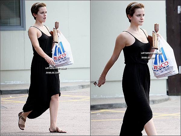 . 06/08/11 : Après son escapade avec son boyfriend, Emma a été aperçue courant dans les rues de Londres. .