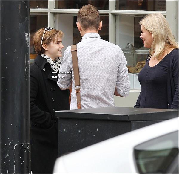 . 07/09/11 : Emma à été vue très heureuse de retrouver certains amis pour déjeuner en plein Londres.  .