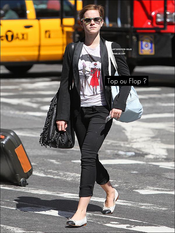 . 09/09/11 : Emma sur les genoux de son boyfriend Johnny sur une terrasse, à Manhattan. .
