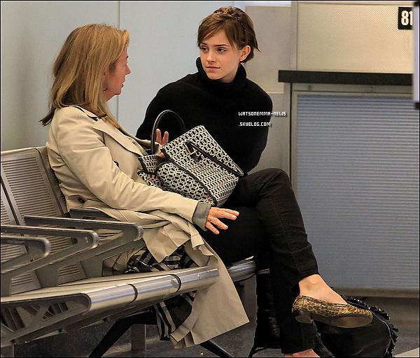 . 03/10/11 : Emma revenant en Angleterre pour commencer sa 3e année à l'Université d'Oxford. On peut la voir parler à Denise, son attachée de presse. Emma est habillée vraiment simple, et j'aime énormément sa coiffure !  .