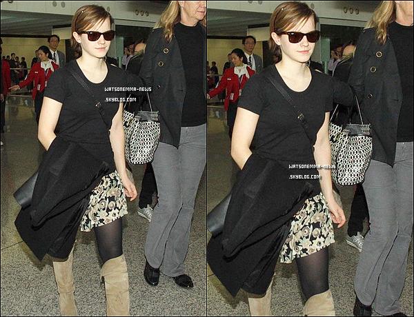 . 06/12/11 : Emma arrivant à l'aéroport de Hong Kong pour la promotion des cosmétiques Lancôme! .