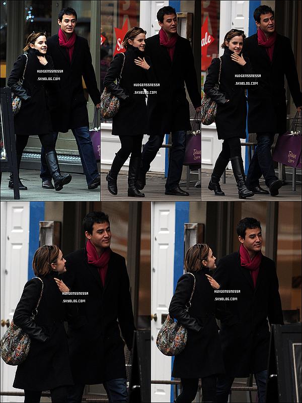 . 04/01/12 : Emma avec son nouveau copain quittant le magasin de Tallulah à Islington (Londres). Apparemment Emma n'est plus en couple avec l'acteur Johnny Simmons! C'est triste, mais elle a vite trouvé un remplaçant! Alors, mignon? .