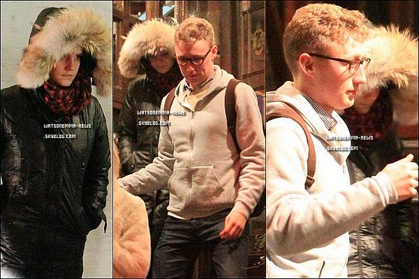 .  20/02/12 : Emma a été vue dansant avec des amis dans le café 'Pacifico', puis sortant à Londres! Emma avait l'air de bien s'amuser! Je ne sais pas qui est cet homme, un de ses amis sans doute. Ils ont l'air de bien s'entendre. .
