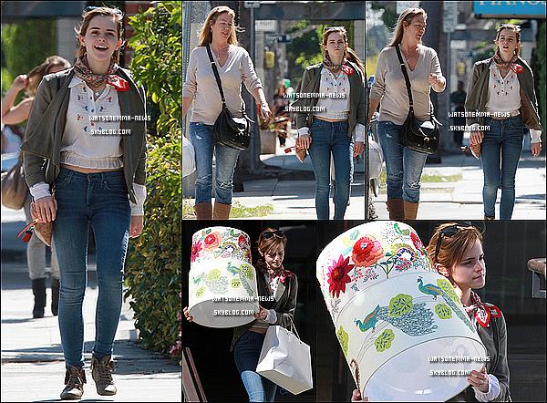 . 09/03/12 : Emma a été vue il y a quelques jours faisant du shopping avec son agent à Los Angeles! Cet sortie date déjà d'il y a 6 jours, mais les photos viennent juste de sortir, ce qui est déjà ça.. J'aime bien sa tenue, c'est simple! .