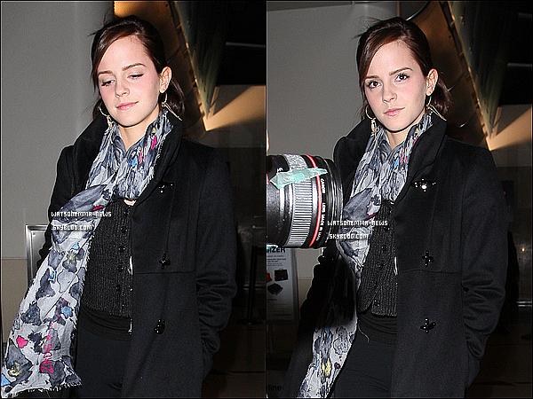 . 19/03/12 : Après un voyage à Boston, Emma a été vue alors qu'elle revenait à l'aéroport de Los Angeles! Effectivement, elle s'est rendue très rapidement à Boston pour y assister à un représentation de l'Improv Asylum! Elle est revenue toute belle ; en brune et maquillée! J'aime sa coiffure, ses cheveux poussent à une vitesse folle! .