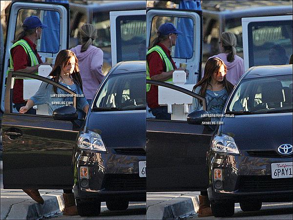 . 21/03/12 : Emma était sur le set de son film 'The Bling Ring' à Los Angeles, sans les extensions! Ses extensions doivent être des clips, vu qu'on la voit avec les cheveux naturels! En tous cas, ses cheveux font un joli carré, j'adore !  .