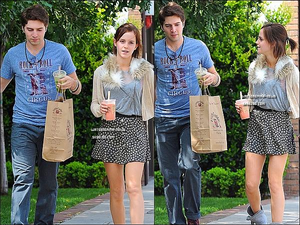 . 30/03/12 : Emma et Roberto ont été vu tous les deux à la sortie du Urth Caffé à Hollywood ! Personnellement, je suis FAN de sa tenue! Je trouve que tout s'accorde, sauf à la rigueur les bottes. En tous cas, j'adore sa jupe! .