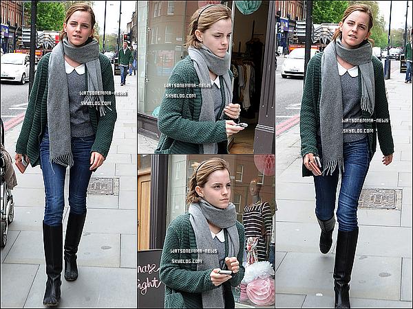 . 08/05/12 : Emma a été vue dans les rues de Londres, alors qu'elle se promenait apparemment seule! Est-ce que vous aimez sa tenue? Personnellement, je la trouve bien habillée, très simplement! Je n'aime pas trop ses bottes, mais bon..   .