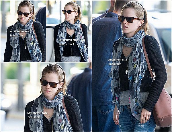 . 16/06/12 : Emma à l'aéroport de JFK pour un vol direction Londres, puis arrivant à Heathrow Aéroport! Emma a quitté New York pour Londres! En tous cas, j'aime sa tenue! C'est très simple, comme à son image, et j'aime son jean Destroy!  .