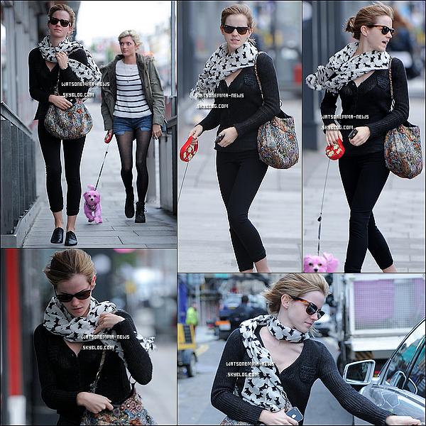 . 22/06/12 : Emma a été vue avec son amie de longue date, Sophie, se baladant dans l'est de Londres.   J'aime bien la tenue d'Emma, c'est simple et joli! Le chien de Sophie est teint en rose pour sensibiliser les personnes contre le cancer!  .