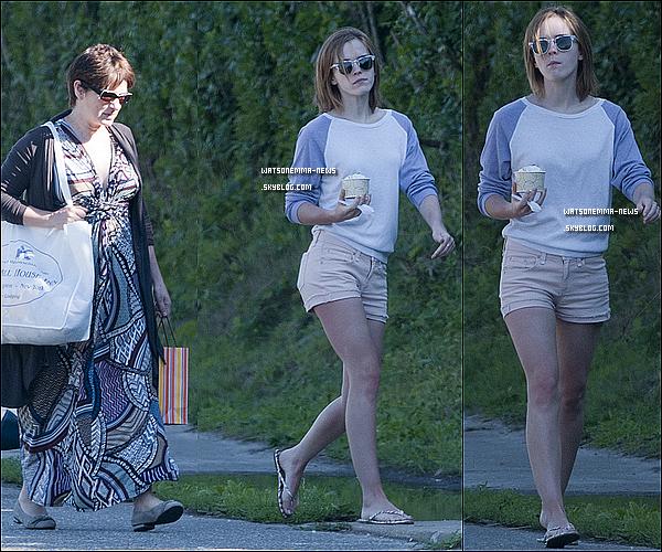 . 31 juillet 2012 : Emma a été vue avec sa maman se baladant dans les Hamptons (New York) C'est mignon de voir enfin Emma avec sa mère! En tout cas c'est un Top pour moi, j'aime bien sa tenue, c'est cool pour l'été! .