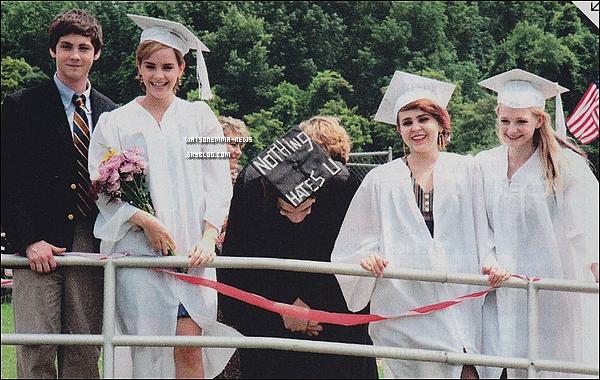 . Découvrez deux nouveau stills de 'The Perks of Being a Wallflower' avec Emma, Logan et Ezra! J'aime beaucoup Emma sur ces photos, elle est souriante! En tout cas je suis pressée de voir ce film, qui sortira fin 2012 en France! .