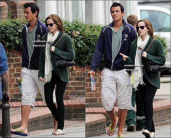 . 25 août : Emma a été vue en compagnie de son petit-ami Will se promenant dans les rues de Londres! La simplicité de la tenue d'Emma, c'est ce que j'aime le plus! J'aime sa tenue! En tous cas ils sont discret, ils se préservent. .