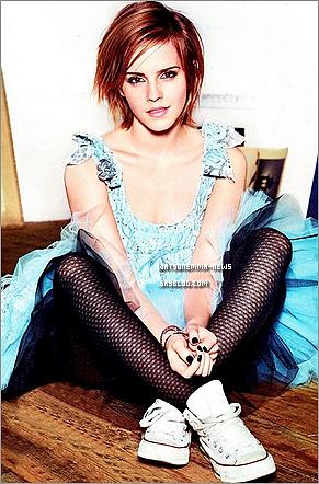 . Que de bonnes nouvelles aujourd'hui! Découvrez Emma posant pour le glamour US (Américain)! Ouaah j'aime beaucoup! Ce shoot est très coloré, je trouve ça vraiment joli! J'adore les deux photos ou elle est assise! .