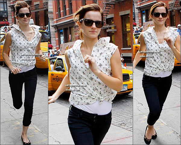 . 14 septembre : Emma a été vue dans les rues de New York faisant du shopping avec son amie Amy! Em' à même été vue courant pour rejoindre son hôtel! En tout cas je suis FAN de sa tenue, c'est tellement beau pour les sorties! .