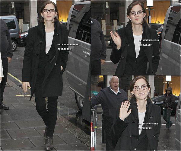 . 26 septembre : Emma a été vue, souriante, à la BB Radio 1 à Londres, pour promouvoir Perks! Ce soir aura lieu l'avant première du film à Londres, donc un article arrivera demain. En tout cas j'aime ses lunettes! .