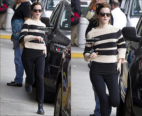 . 01 octobre : Emma a été vue prendre une voiture à l'aéroport de JFK (NY) pour rentrer chez elle ! J'aime bien sa tenue, même si c'est un peu trop simple. En tout cas elle a courue pour prendre la voiture, sans doute pressée. .