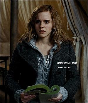 . Découvrez une scène assez 'hot' entre le personnage d'Emma et celui de Logan dans 'Perks'! Je ne sais vraiment pas si c'est bien Emma qui chante, mais je ne pense pas! Sa voix est plus grave que ça je trouve. .
