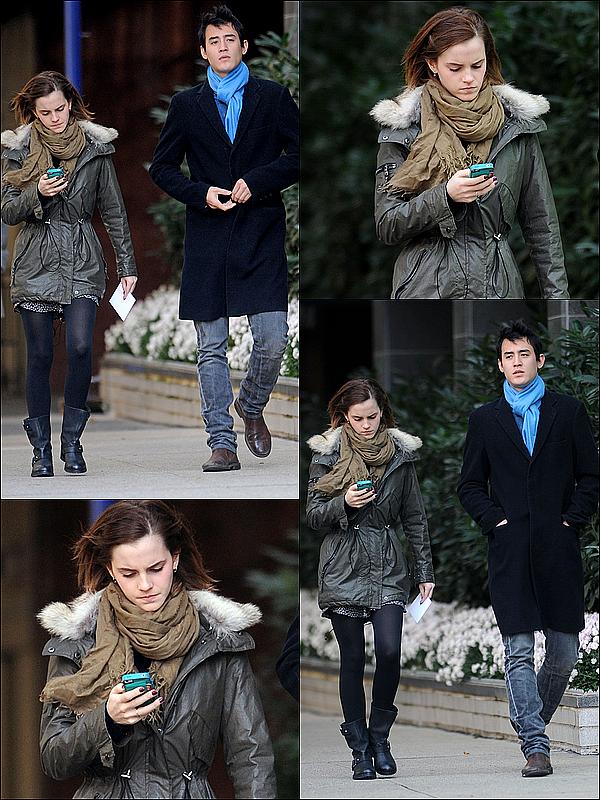 . 20 novembre : Emma, après la fin du tournage de Noah, à été vue dans New York avec Will! J'adore sa tenue! Je trouve que son manteau est vraiment joli, je veux le même quoi! Emma était scotchée à son téléphone.  .