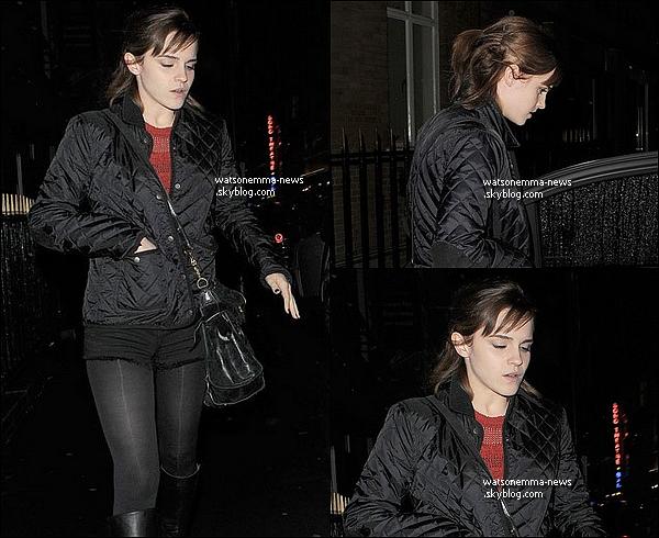 .  27 novembre : Emma Watson a été vue se dirigeant vers sa voiture, dans Soho, à Londres! J'aime bien ses cheveux, je les trouve jolis et ça lui va bien! Elle porte, comme vous le voyez, un short avec un collant noir.  .