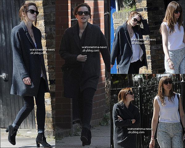 . 27 avril 2013 : Emma  a été vue en compagnie d'une de ses amies, Amy Vaver, dans Londres! Ouah j'aime énormément! J'adore sa tenue, c'est classe et très jolie pour une petite sortie! Elle a l'air toujours heureuse, c'est super! .