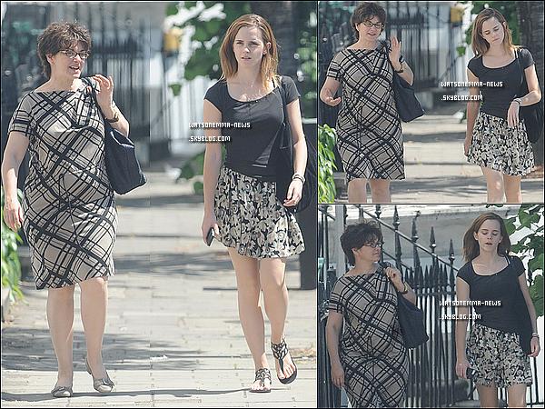 . Le 19 juillet : Emma Watson a été vue flâner dans les rues de Londres avec une de ses amies! La belle n'a même pas pris d'alcool, mais juste un petit Orangina! En tout cas elle à l'air vraiment heureuse, et jolie dans sa robe à fleurs. .