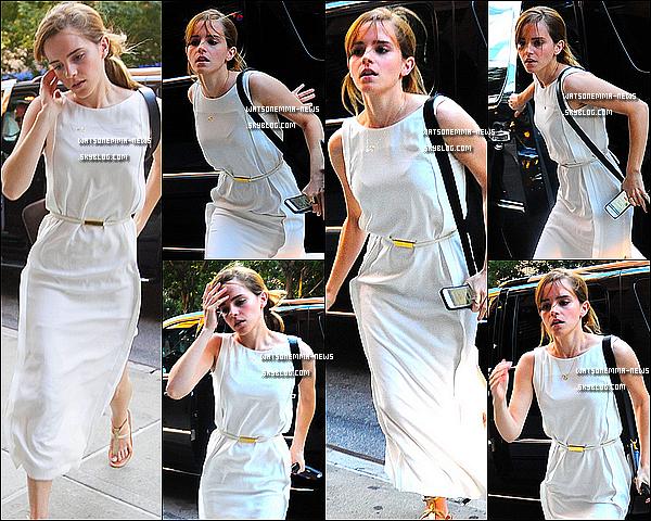 . Le 15 aout : Emma et son long pull violet ont été vus sortant d'un immeuble dans New York! Flop pour sa tenue + Emma a remporté le prix de l'actrice dans un film dramatique pour « Le Monde de Charlie » aux Teen Choice Awards!  .