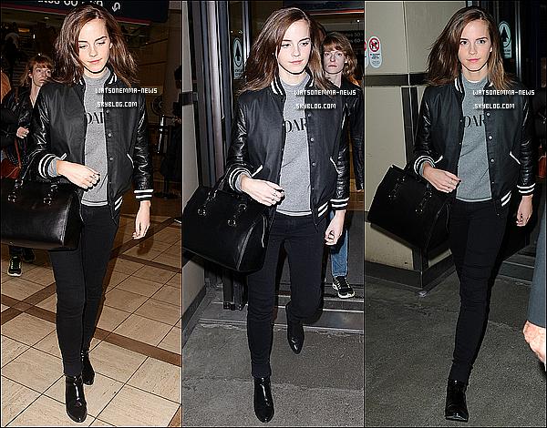 . Le 16 octobre : La belle Emma a été photographiée, seule, arrivant à l'aéroport de Los Angeles! On peut remarquer que ses cheveux ont poussé à une vitesse ! De plus, ils ont l'air beaucoup plus foncé. En tout cas elle est mignonne !  .