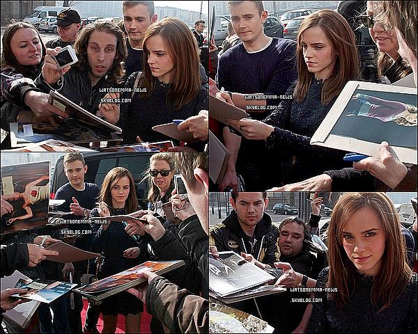 . 13 mars : Emma était à la première de Noah à Berlin (Allemagne). Elle a posé avec ses co-star. Elle portait une longue robe noire qui était très simple, mais qui lui allait bien. J'adore ses cheveux, ils sont détachés pour une fois !  .