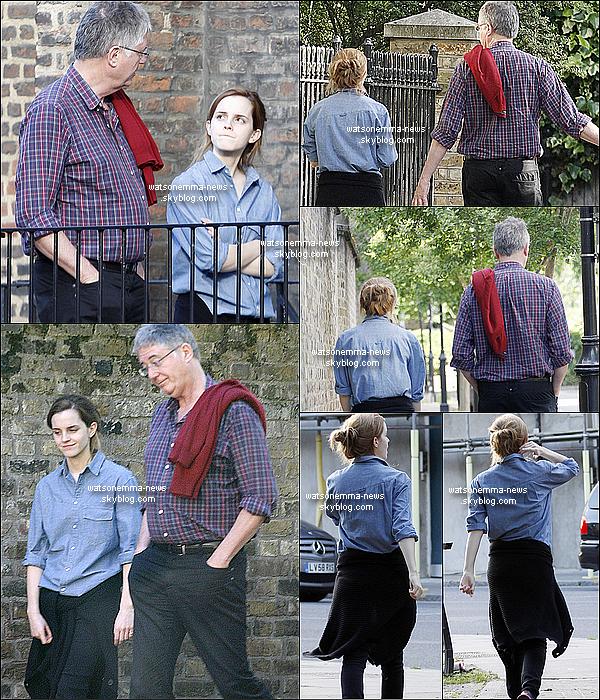 """. 7 juin 2014 : Emma a été vue se promenant dans le Nord de Londres, avec son beau père ! J'aime sa tenue ! C'est simple, et la chemise façon """"boyfriend"""" j'adhère. C'est la première fois que nous voyons son beau père !  ."""
