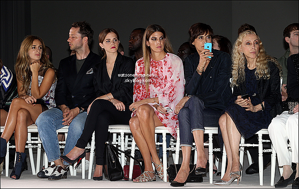 . 07 juillet 2014 : Emma est en ce moment présente à Paris pour le défilé Dior à la Fashion Week ! Tout le monde l'attendait : nous avons le droit à une photo avec Jennifer Lawrence, avec qui elle a l'air proche. Emma est magnifique !  .