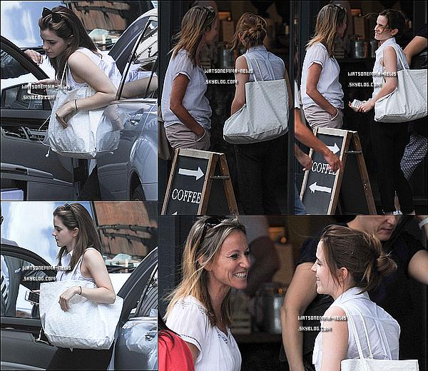 . 30 juillet : Emma est sortie ! Elle s'est rendue dans un café londonien pour rejoindre une amie ! Je suis contente de revoir enfin sa petite bouille ! Elle était très souriante ! J'aime beaucoup sa tenue, son chemisier blanc lui va bien !  .