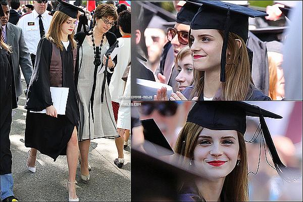 .  • L'année 2014 d'Emma Watson •...........ARTICLE COMPLÉMENTAIRE ! .  Bonne année 2015 à tous ! La magnifique Emma Watson en a fait des choses en une année ! Effectivement, nous voici déjà en 2015. Je vais vous présentez ce qu'Emma a pu faire durant l'année 2014. Photoshoots, évents, films, son histoire amoureuse... A l'année prochaine. .