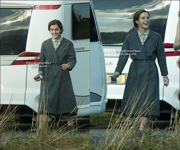 .  05 octobre : Emma vue pour la 1ere fois sur le tournage du film Colonia au Luxembourg ! Emma avait l'air très heureuse d'être sur le tournage du film ! Ses tenues sont un grand flop, mais le film se déroule il y a quelques années.  .