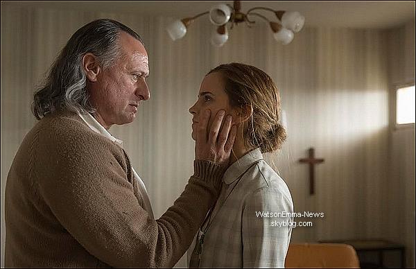 . Voici le tout premier still du film dans lequel Emma va bientôt jouer, Colonia !.
