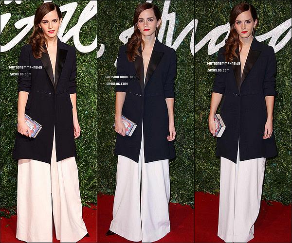 .  01 décembre : Emma était présente au British Fashion Awards à Londres ou elle a gagné le Style Award, récompensant son look pour l'année passée. J'aime beaucoup la robe blanche, qui lui va vraiment très bien. En plus, son maquillage et ses cheveux sont parfaits ! .