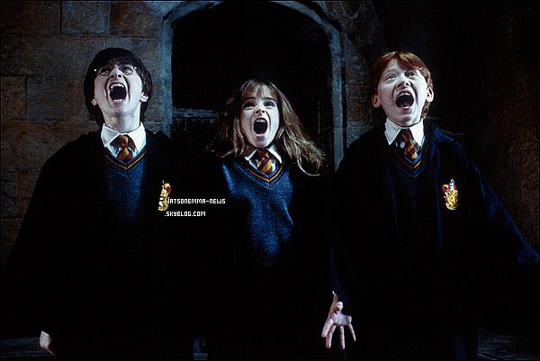 .. .•.. Harry Potter à l'école des sorciers •..............ARTICLE COMPLÉMENTAIRE ! . Synopsis : Harry Potter, un jeune orphelin, est élevé par son oncle Vernon et sa tante Pétunia qui le détestent. Le jour de son onzième anniversaire, Harry reçoit la visite inattendue d'un homme gigantesque se nommant Rubeus Hagrid. Celui-ci lui révèle qu'il possède d'extraordinaires pouvoirs. C'est avec joie que le garçon accepte de suivre des cours à Poudlard, la célèbre école de sorcellerie. Il a enfin la chance de se faire des amis. Blâmé par le professeur Severus Rogue qui lui enseigne les potions et protégé par Albus Dumbledore, le directeur de l'établissement, Harry va tenter d'élucider le mystère de la pierre philosophale.  ..