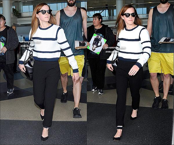 . 22 avril : Emma sortant de l'aéroport LAX de Los Angeles après la soirée organisée par le Time ! La belle avait l'air un peu paniqué avec la horde de paparazzis et de fans autour d'elle. J'aime beaucoup sa tenue qui est simple et jolie !  .