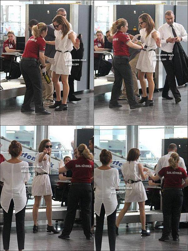 . 26 juin : Emma a été vue à l'aéroport d'Istambul après avoir passé deux jours dans ce pays ! Elle a du être fouillée et son embarras s'est transformé en colère lorsque les paparazzis ont commencé à la photographier. Aucun respect.  .