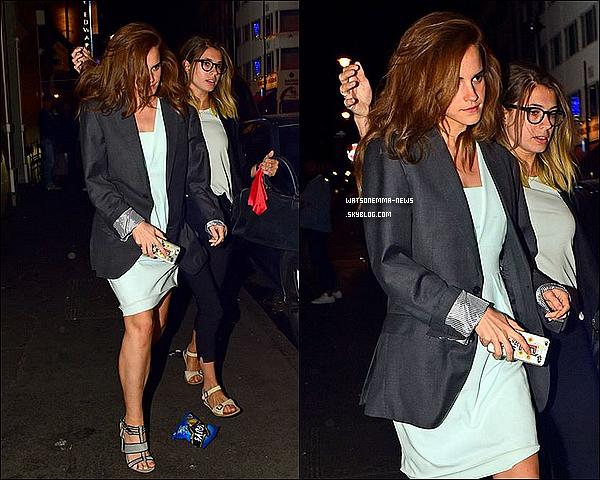 . 02 juillet : Emma a été photographiée avec Amy dans les rues de Londres en pleine nuit ! Elle était vraiment très classe, portant une jolie robe blanche et ayant les cheveux bouclés. Elle fait très jeune !  .