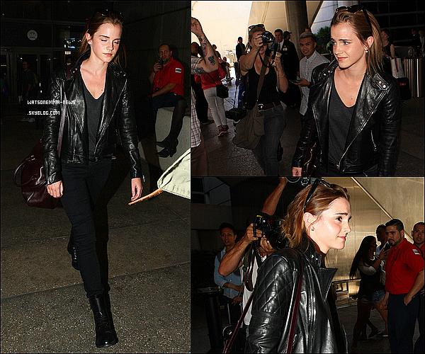 . 07 septembre : Emma vue à l'aéroport de Los Angeles ! Elle va commencer le tournage de The Circle ! Comme toujours, les paparazzis n'ont pas été très respectueux envers elle. Elle était même surprise, comme vous pouvez le voir.  .