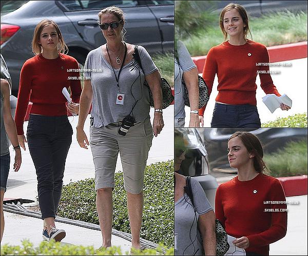 . 12 septembre : Emma était sur le tournage de son film The Circle avec son co-star Patton Oswalt ! C'est le premier jour de tournage et nous avons déjà des photos d'Emma sur le set, ça fait plaisir ! Que pensez-vous de sa tenue ?  .