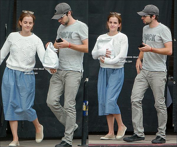 . 05 octobre : Emma a été vue se promenant dans les rues avec son meilleur ami, Roberto Aguirre ! Je suis contente de voir qu'elle est toujours amie avec lui, ils sont vraiment adorable ! Flop pour leurs deux tenues par contre...  .