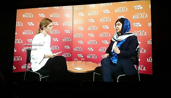 """. 04 novembre : Emma Watson a rencontré la jeune militante pakistanaise Malala Yousafzai, qui a reçu le prix Nobel de la Paix en 2014, pour parler de féminisme ! . Malala : """"Le mot féministe est très délicat. Lorsque je l'ai entendu pour la première fois, j'ai eu des retours négatifs et d'autres positifs et je me suis demandé si j'étais féministe. Et puis j'ai entendu ton discours, lorsque tu dis 'Et si c'est pas maintenant, quand?' 'Et si ce n'est pas moi, alors qui?' Je me suis alors dit qu'il n'y avait rien de mal à se dire féministe. Et nous devrions tous être féministes parce que c'est un autre mot pour dire égalité.""""  Emma : """"Je suis tellement émue d'entendre ça, c'est extraordinaire. Je suis d'accord avec toi, c'est devenu un mot compliqué, mais c'est merveilleux quand les gens se l'approprient parce qu'effectivement, il devrait être synonyme d'égalité.""""    ."""