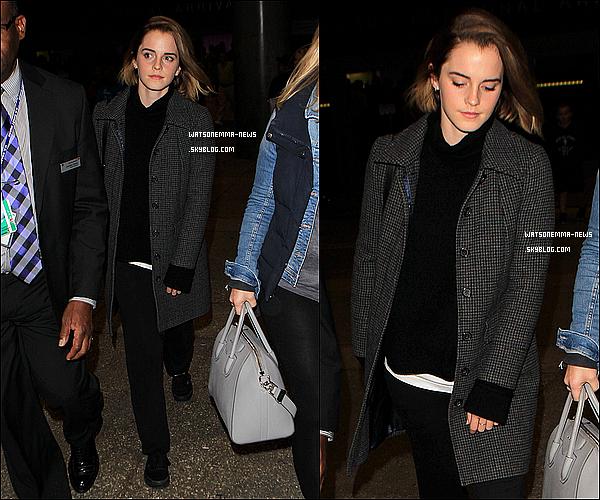 .  09 décembre : Emma de retour aux Etats-Unis après un passage à Londres ! Elle était à l'aéroport. Elle était habillée très simplement, comme toujours. Coup de c½ur pour ses cheveux. Elle était accompagnée d'un de ses agents.  .