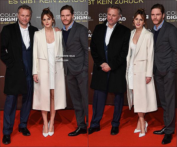 . 05 février : L'avant première de Colonia Dignidad s'est déroulée hier soir à Berlin, en Allemagne ! Emma est rayonnante ! Sa tenue et sa coiffure est parfaite, puis elle semblait vraiment heureuse d'être présente avec Daniel, son co-star ! .