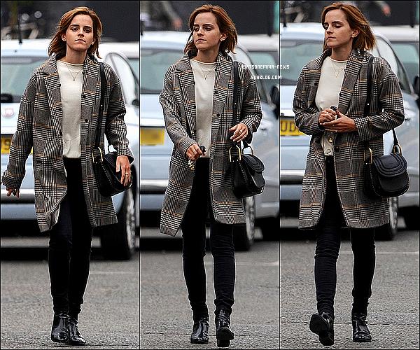 . 03 juin : Emma a été aperçue seule à Londres, en ville, alors qu'elle retournait à sa voiture ! C'est un top ! J'aime beaucoup sa tenue, ça fait du bien de la voir se balader dans sa ville !  .