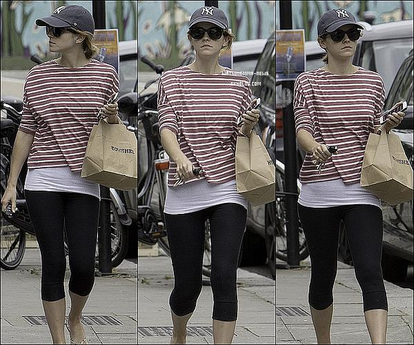 .  27 juin : Emma a été vue dans les rues de Londres après s'est pris une amende de stationnement ! Apparemment, l'homme que nous voyons sur les photos est un passant qui a pris son ticket et qui réclamait un bisou de la part d'Emma en échange ! Celle-ci riait de la situation et lui a fait son fameux bisou, sans doute à la plus grande surprise du passant !  .