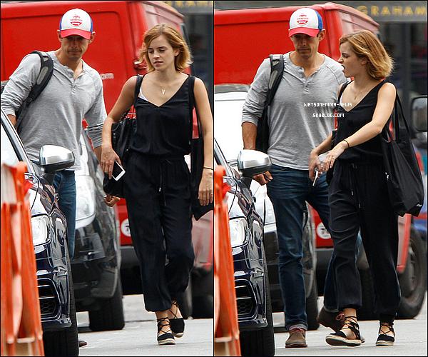 . 10 juillet : Emma a été vue dans les rues de Londres en compagnie de son petit ami, Mack ! Ils étaient en tenues décontractés ! J'aime bien les voir ensemble, même si nous n'avons toujours pas d'annonce officielle de leur relation.  .